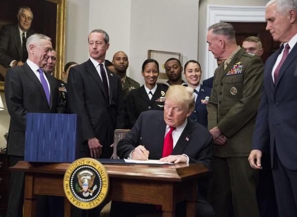 美國總統川普12日在白宮簽署2018年美國國防授權法案,可望強化台美軍事交流,此舉引發中國強烈不滿。(彭博)
