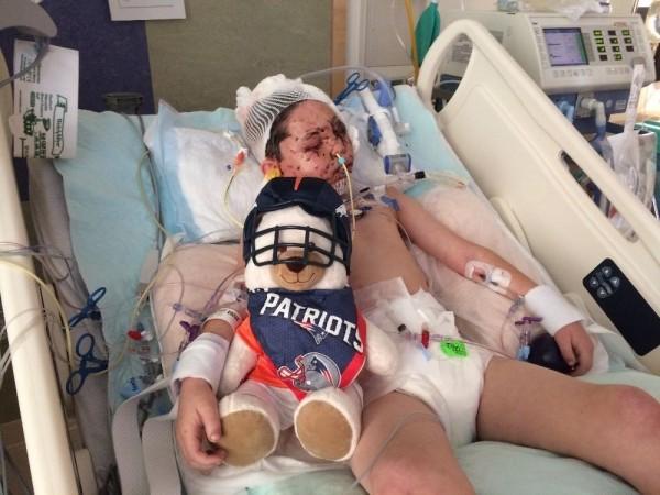 現在這名可憐的男孩在醫院靜養治療,身體虛弱,讓人看了心疼。(圖擷取自GoFundMe)