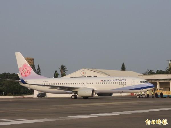 華航1架編號CI170的波音737-800型客機,昨天上午從台北出發前往日本富山,因油料不足,機長要求優先降落。(資料照)