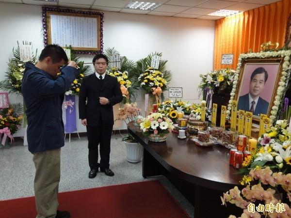劉邦友官邸血案即將屆滿20年。圖為2009年劉邦友逝世13週年,其兒子劉得垣於追思會上代表家屬上香。(資料照)