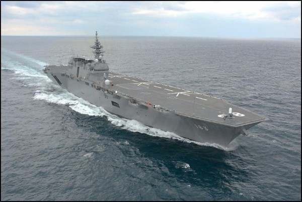 日本正在制訂「防衛計畫大綱」,可能載明將出雲號(見圖)變身航空母艦、添購尖端戰機和開發超音速長程飛彈等新武器。(圖擷自日本海上自衛隊官網)