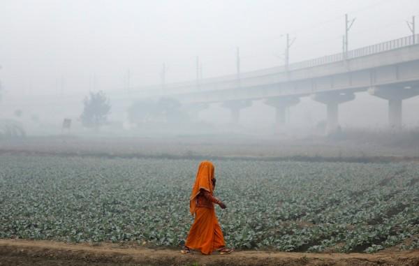 印度新德里的空汙情況持續嚴重,當地霧霾已持續一週,今(13)日的情形仍不見改善,但根據印度氣象局預測,在未來的3天內將會有機會出現微量降雨,讓空汙問題能夠獲得解套。(路透)
