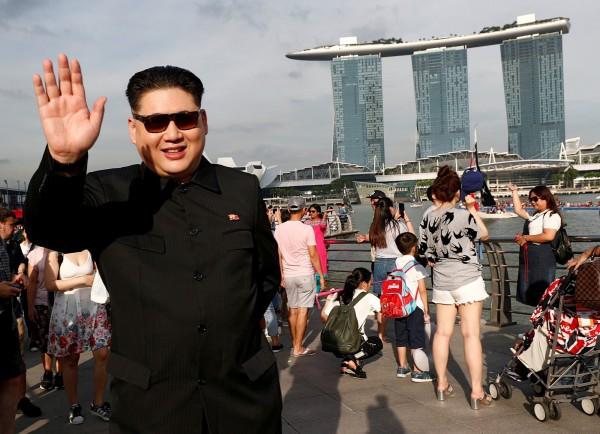 香港演員打扮成金正恩前往新加坡,遭有關當局拘留訊問。(路透)