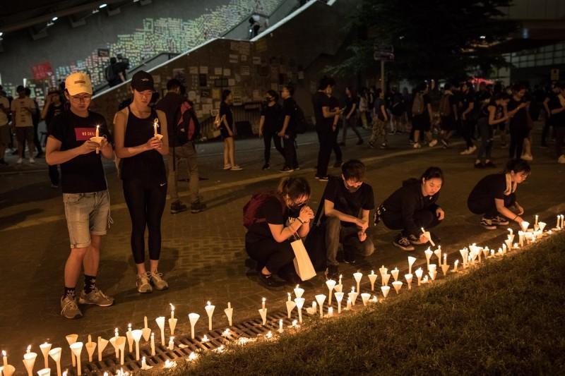 香港反送中逾200萬人上街抗議,民陣發布人數特+1人,就是為悼念因此事送命的黃衣男。(歐新社)
