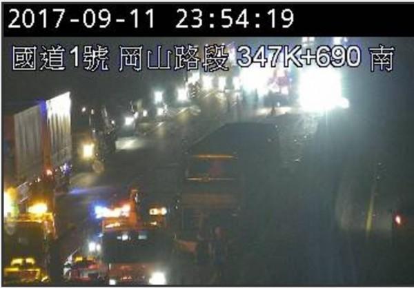 國道一號北上348公里岡山路段發生大客車撞護欄意外。(圖擷取自高公局即時路況)