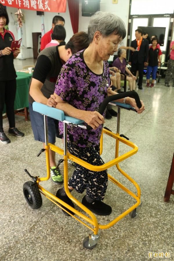 人家穿上配有足弓矯正器鞋子,走路能有明顯提升。(記者詹士弘攝)
