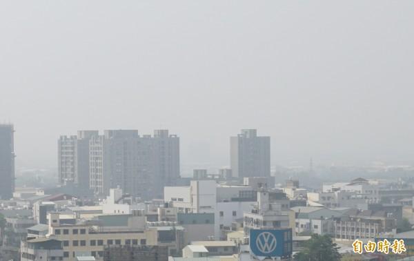 環境保護署空氣品質監測網指出,8日西半部PM2.5指標為中至高等級。圖為台中市區。(資料照,記者蔡淑媛攝)