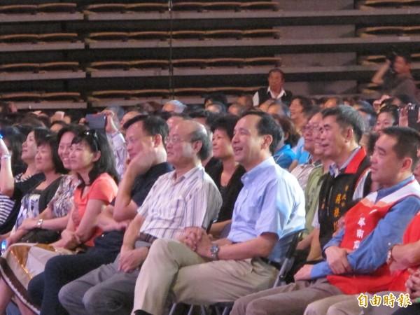 台灣優質生命協會「愛傳承關懷演唱會」今天在新莊體育館溫馨登場,新北市長朱立倫也到場和民眾同歡。(記者郭顏慧攝)