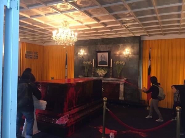 有獨派民眾今日進入慈湖陵寢,對著蔣中正棺柩潑灑紅漆。(圖片取自網路)
