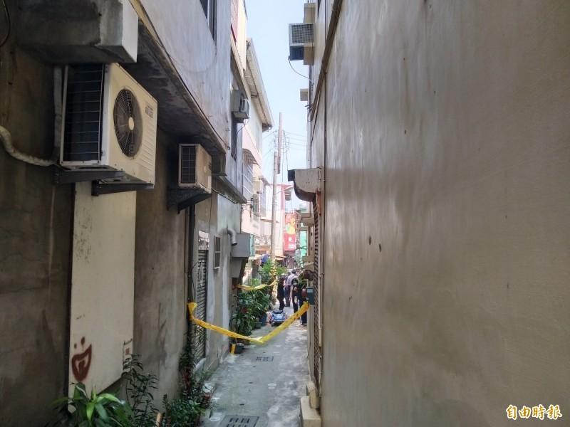高雄市左營區一名78歲獨居老婦人,17日被發現陳屍家中,嘴角流血,警方今天凌晨約3時逮捕周姓兇嫌。圖為案發巷弄。(資料照)
