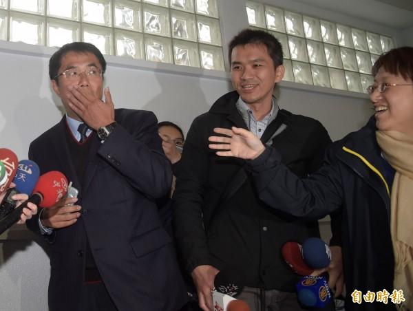 民進黨中央今天公布台南市長初選民調結果,立委黃偉哲以0.4158勝出,第二名的陳亭妃獲得0.2817,黃偉哲得知民調後出面受訪,媒體問到民調贏很多,黃偉哲說自己其實是「嚇出一身汗。」(記者黃耀徵攝)