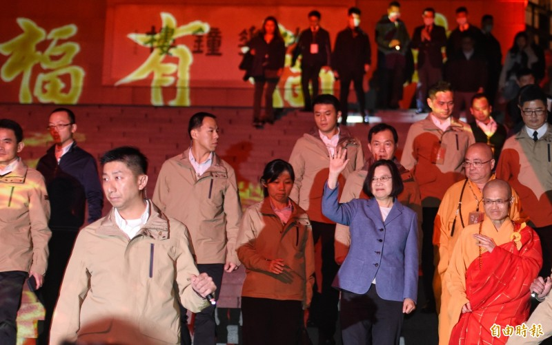 法鼓山佛教世界園區在除夕夜舉辦「除夕撞鐘跨年祈福」,總統蔡英文在敲響第108響鐘聲後,向前來祈福的民眾揮手致意。(記者劉信德攝)