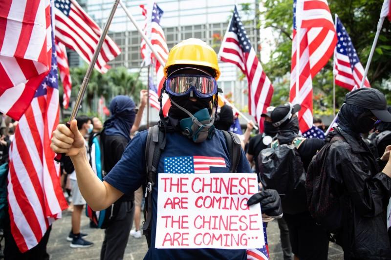 香港民眾9月8日向美國駐港領事館求救,希望美國國會快通《香港人權與民主法案》。(彭博)