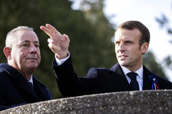 法國總統馬克宏(右)呼籲歐盟「必須建立一個真正的歐洲軍隊」,以防止歐洲的國安問題過度依靠北約與美國。(法新社)