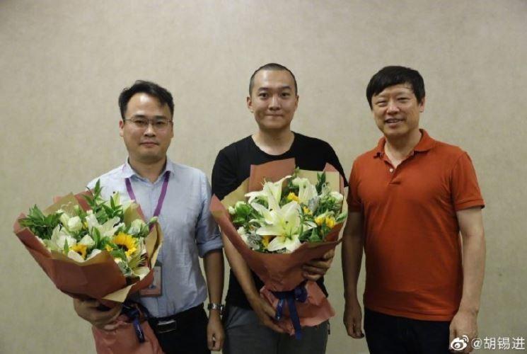 胡錫進(右)表示,付國豪(中)因在香港報導中「表現突出」而獲頒人民幣10萬元。(擷取自胡錫進微博)
