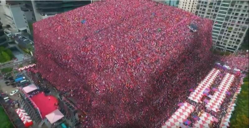 有人將現場照片PS(修圖)成「人肉山」,模擬現場有20萬人的狀況,讓網友笑翻。(擷取自PTT)