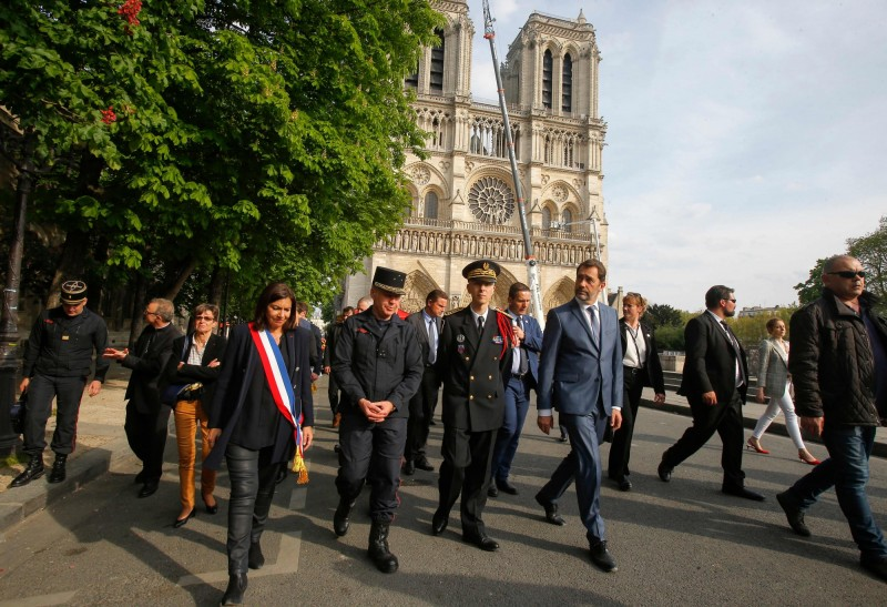 巴黎市長希達爾戈(左四)已經批准,將先在聖母院旁興建1座臨時性的木造教堂。(法新社)