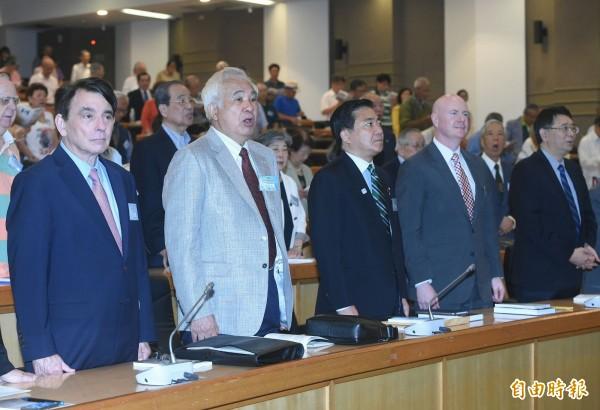 世界台灣人大會與台灣國家聯盟舉行海內外台灣國是會議,總統府資政姚嘉文(左二)、前美國副總統錢尼的國安顧問葉望輝(右二)、日本眾議員長島昭久(左一)等人出席,並在開場一起合唱歌曲「台灣翠青」。(記者廖振輝攝)