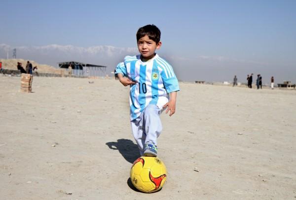有「小梅西」之稱的6歲男孩阿瑪迪,現在卻被恐怖組織塔利班游擊隊當作目標。(歐新社)