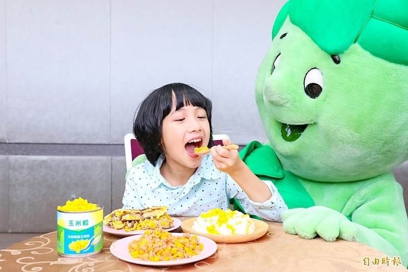 A child in Taipei tucks into a meal that includes sweet corn on April 29.  Photo: Wu Liang-yi, Taipei Times