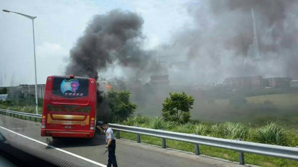 確認至少已6人死亡,但火勢猛烈,傳出全車20餘人恐均燒成焦屍。(讀者提供)