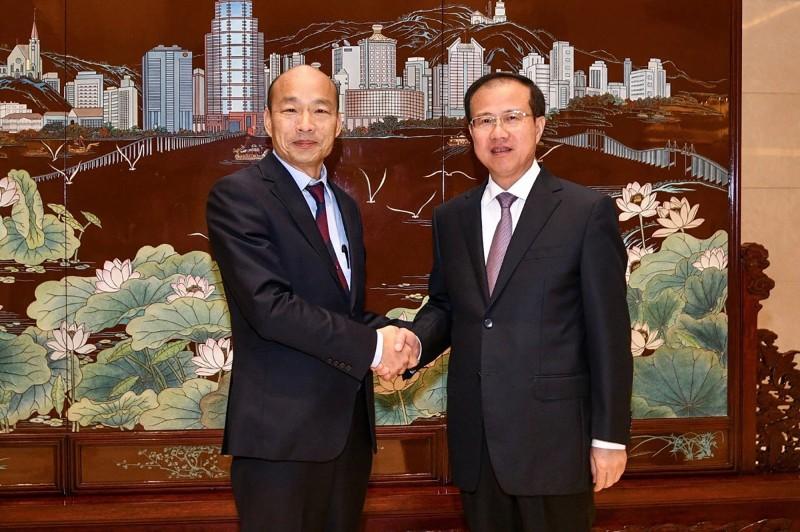高雄市長韓國瑜(左)23日率團訪問澳門,會晤澳門中聯辦主任傅自應(右)。(中央社)