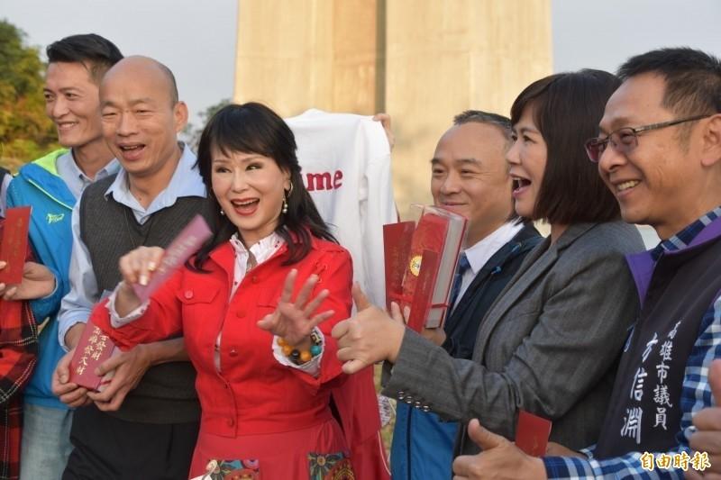張琍敏(左3)應高雄市長韓國瑜(左2)之邀,代言去年重新開放的崗山之眼。(資料照,記者蘇福男攝)