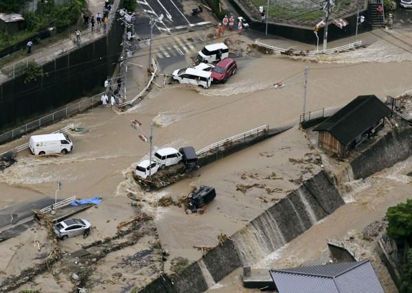 破紀錄大雨讓日本交通大亂。(美聯社)
