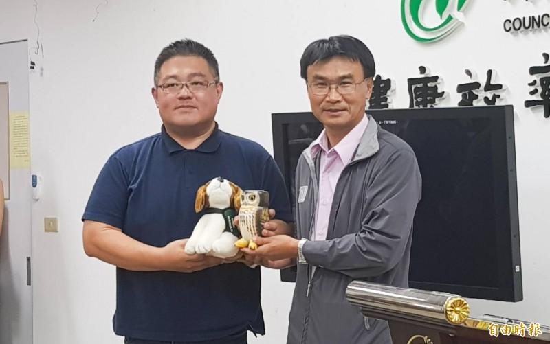 農委會主委陳吉仲(右)今天下午表揚率先機警發現秋行軍蟲入侵的張先生(左)。(記者簡惠茹攝)
