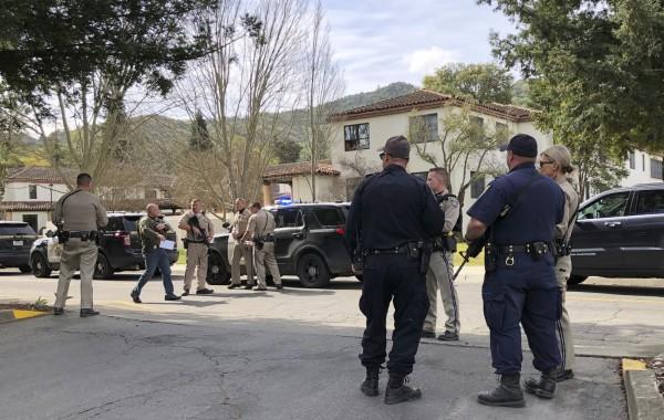 美國加州一處退伍軍人之家遭一名槍手闖入挾持3名女性人質,警方到場與之對峙後無法與歹徒聯繫談判,最後才發現槍手和人質都已身亡。(美聯社)