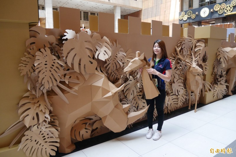 由造紙公會舉辦的「紙箱戰紀」在台北車站設置大型紙迷宮,牆面打造一整排的叢林動物。(記者林佳儒攝)
