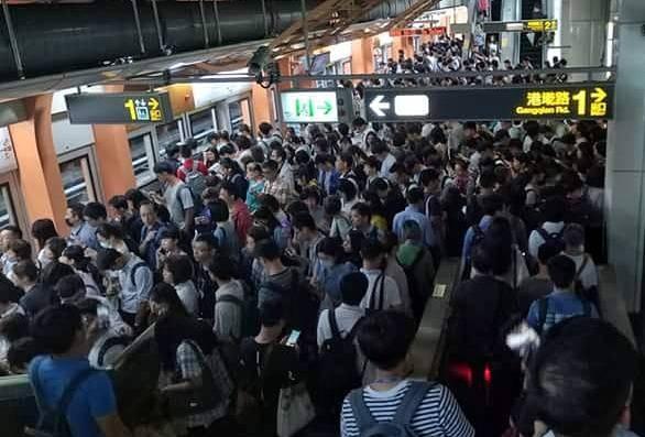 台北市下午4點起停班停課,捷運港墘站內人潮擠爆。(讀者提供)