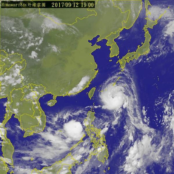 泰利颱風持續逼近台灣,氣象局在今(12)日下午2點30分已發布海上颱風警報,預計明(13)日凌晨2點30分將發布陸上颱風警報。(圖擷取自中央氣象局)