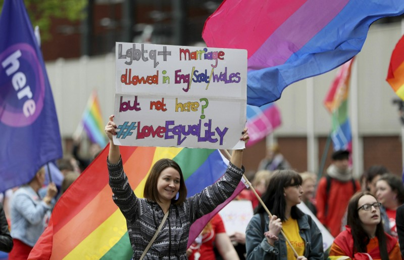 數千名北愛爾蘭民眾昨(18)日走上街頭,要求開放同性婚姻。(美聯社)