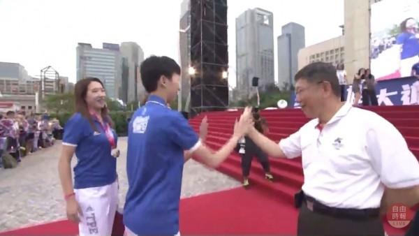 台灣隊選手在今天傍晚6點左右全數抵達北市府前廣場,市長柯文哲也到場迎接選手,並與選手一一擊掌。(自由時報影音組)
