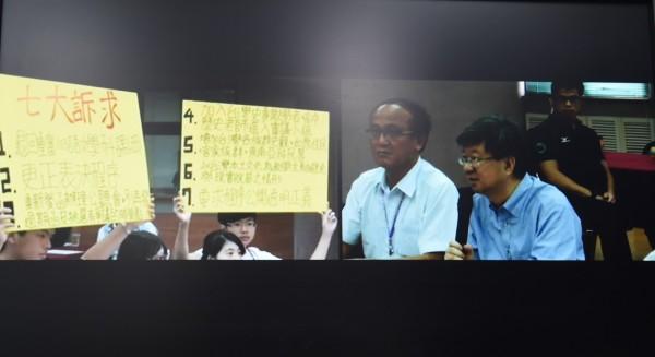 教育部長吳思華與學生今天在台中展開課綱座談會。(記者廖耀東攝)
