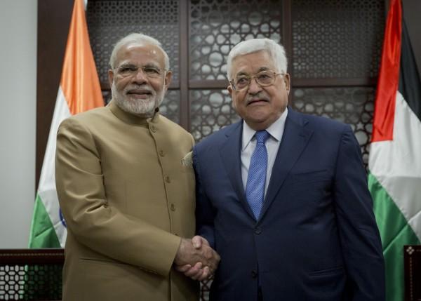 印度總理莫迪(左)今天訪問巴勒斯坦,並與巴國自治政府主席阿巴斯(右)會面。阿巴斯希望能夠趁此機會,獲得印度的支持,讓美國不再壟斷以巴談判。(美聯社)