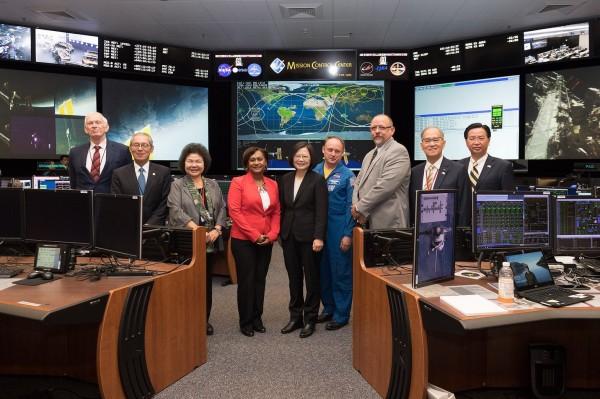 蔡英文總統(中)今參訪美國航太總署(NASA)。(圖由總統府提供)