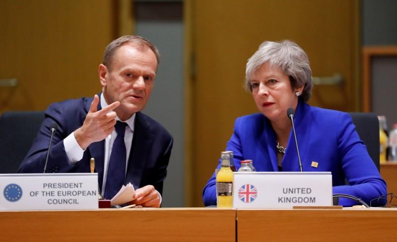 歐盟高級官員14日透露,歐洲理事會主席圖斯克(左)預計英國脫歐談判可能需要將延長至少一年。右為英相梅伊。(路透)
