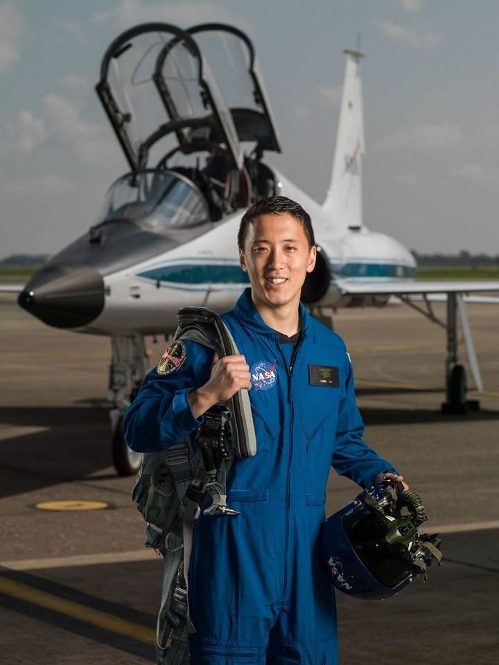 NASA在臉書介紹一名預定首批登月的太空人、號稱「從海豹部隊到急診室醫師」的男人Jonny Kim。(圖翻攝自臉書)