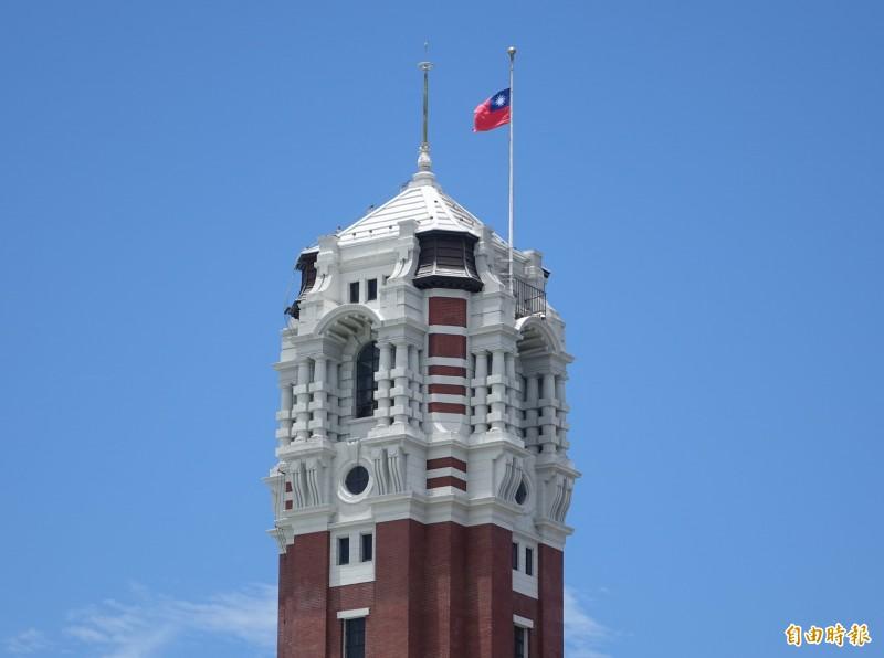 總統府下半旗。(記者王藝菘攝)