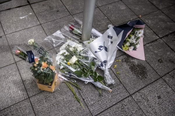 法國當地時間週一晚間,於郊區傳出1名警察及其伴侶遭人持刀殺害,且兇嫌還在現場開啟臉書直播,揚言要讓目前正於法國舉行的歐洲盃足球賽成為墳場。圖為民眾到現場獻花。(歐新社)