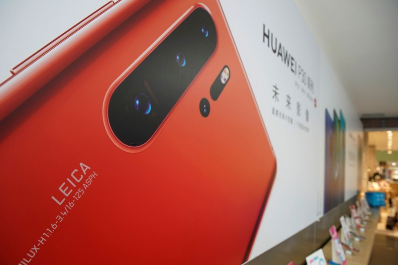中國愛否科技公司16日開除了科技主筆王躍琨,理由是他對外發布消息,批評華為廣告不實、對拍照功能涉嫌造假,外界歸因於華為背景特殊,受中共庇護。圖為中國華為手機。(路透)