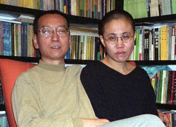 已故諾貝爾和平獎得主劉曉波(左)及其遺孀劉霞(右)。(法新社)