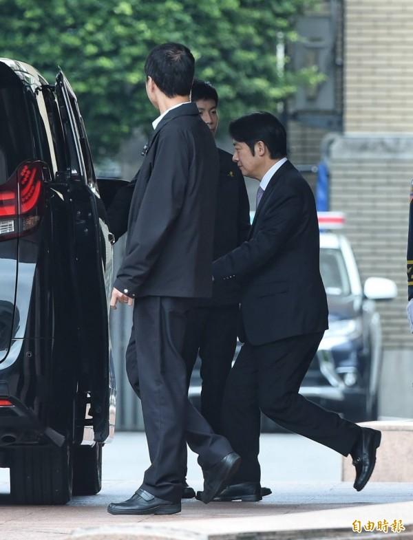 行政院长赖清德率阁员总辞后,驱车前往总统府。(记者刘信德摄)