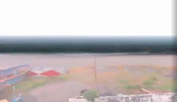 該名身處蘭嶼的民眾目前面臨全島大停電的窘境,當地雨勢相當驚人,且還能夠看見閃電畫破漆黑的夜晚。(圖擷取自爆廢公社)