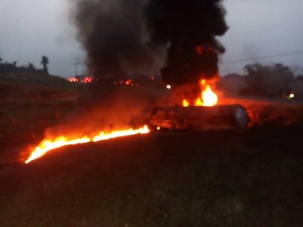 奈及利亞11日發生油罐車翻覆,導致漏油並起火,結果民眾卻趁機去撈油,最後油罐車爆炸,至少有60人罹難。(翻攝自Daily Trust)