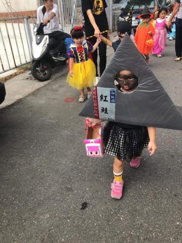 照片中原PO網友閨密女兒臉一張臭著的臉被塗黑,被扮成一顆超商販售的「御飯糰」。(圖擷取自爆廢公社公開版)