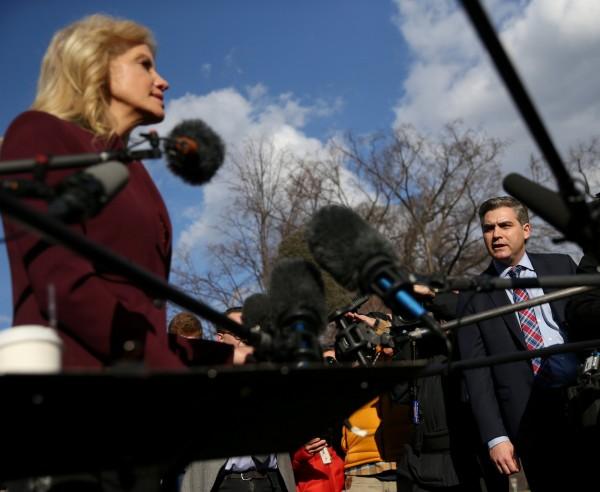 CNN記者阿科斯塔(右)提問「妳能保證總統今晚會說實話嗎」?川普的幕僚康威(左)回嗆「你是一個自以為了不起的傢伙」。(路透)