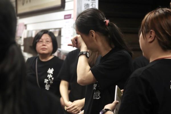 金石堂特別找來在城中店工作的來34名歷屆員工鞠躬送客,老員工忍不住落淚。(中央社)